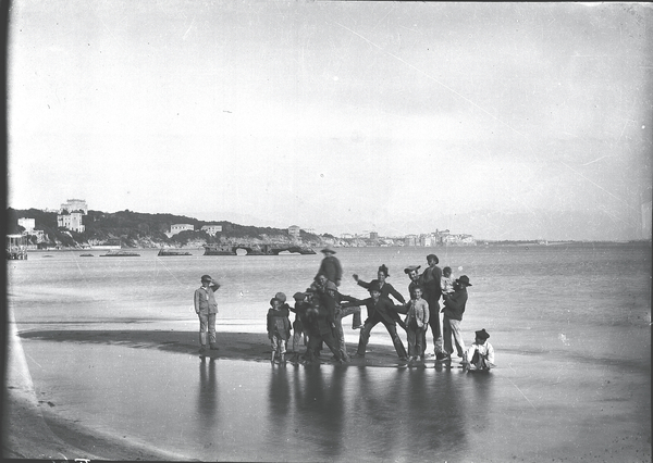 [Anzio (Italy), group of children along the beach]
