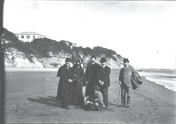 [Anzio (Italy), group of people along the beach]